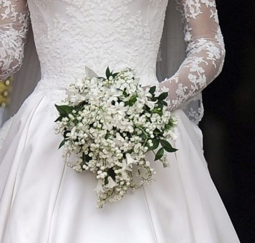El ramo está inspirado en las flores favoritas de los novios: lirios, mirto y jacinto