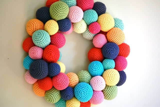 Crochet ball wreath Another awesome crochet wreath!! You could do this one in many colours for different holidays! I am in love!! Christmas,Easter,Halloween you name it! (and i have some balls made!)