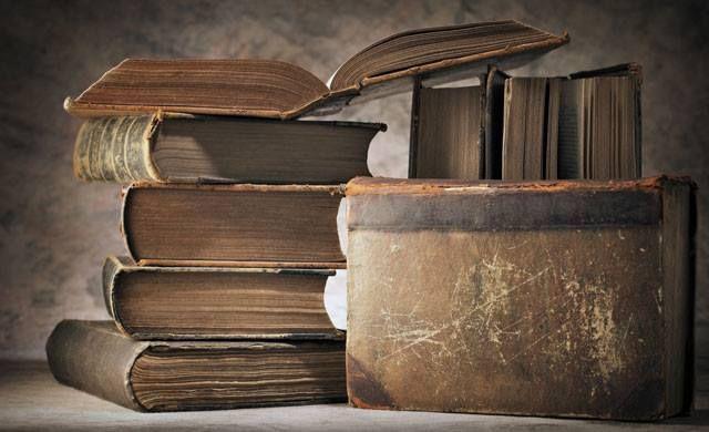 C'era qualcosa di affascinante nell'odore dei libri, nell'aroma d'inchiostro, carta e cuoio, nel modo in cui la polvere di una biblioteca sembrava comportarsi in maniera diversa da quella di qualsiasi altra stanza.   (Shadowhunters: Il Principe)