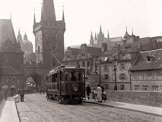 Možná vás napadlo, že koleje pražských tramvají kdysi vedly i jinudy, než je tomu nyní. Podoba dnešních tras je značně odlišná od těch, které vedly Prahou křížem krážem v druhé polovině 20. století. Na serveru milujuprahu.cz minulý měsíc vyšel krásný článeček sdružující řadu analogových fotografií, které dokumentují nejen historické tramvaje, ale také tehdejší Prahu a