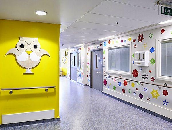 Artistas londrinos deixam corredores de um hospital infantil mais colorido