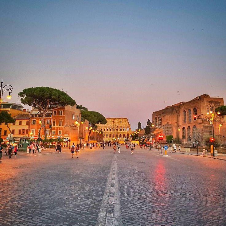 Vista para o lado de lá. Rua linda para caminhar no final da tarde. Assim olhando para um lado e a foto anterior olhando para o outro lado! Nada mal né? . Lembre-se que nós fazemos o seu roteiro personalizado em Roma organizamos o seu transfer do/para o aeroporto e também sua hospedagem! info@emroma.com .  Veja mais no Snapchat Em_Roma  #Roma #europe #instatravel #eurotrip #italia #italy #rome #trip #travelling #snapchat #emroma#viagem #dicas #ferias #dicasdeviagem #brasileirospelomundo…