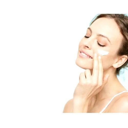 [デリケートな目元のお手入れについて]  一般的に顔の皮膚の角質層は、サランラップくらいの薄さで0.02.㎜程度と言われていますが、目元の角質層はさらに薄く、ティッシュ1枚程度と言われています。しかも、1日1万回といわれる瞬きによる筋肉疲労のほか、汗腺や皮脂腺が他の部位よりも少ないため、乾燥やむくみが非常にあらわれやすいのです。  目元は本当にデリケートにできているので、洗顔料でゴシゴシ洗ってしまうと皮脂が戻るのに48時間も要します。だから、洗顔の基本はTゾーンを中 心に洗って、目元はサッと軽く洗うだけでも充分と考えてください。 そして洗顔後、すぐに目元用の保湿剤を塗ってあげましょう。 しかし、忘れてはならないのは、化粧品による保護膜よりも、自分の皮脂こそが、一番安全に自分の皮膚を守ってくれている存在であるということです。最高の天然保湿美 容液&クリームであるご自分の皮脂こそ最も大切にしてください。