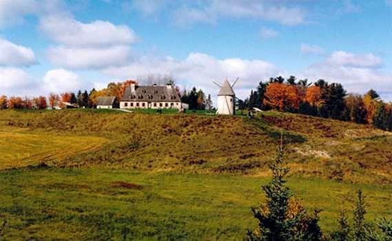 Photographie du manoir et du moulin de la seigneurie de la Nouvelle-France à Rivière-du-Loup (1745).  Source : Recitus, 29 mai 2008 (consulté le 8 décembre 2014).