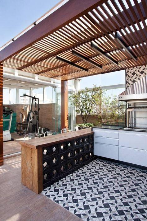Cobertura Duplex - Beatriz Quinelato - Manufatti. Balcão com tampo de madeira e cobogós pretos