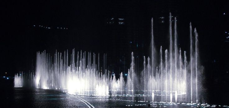 #TheDubaiFountain was designed by WET Design, the California-based company responsible for the fountains at the Bellagio Hotel Lake in Las Vegas. Illuminated by 6,600 lights and 25 colored projectors, it is 275 m (902 ft) long and shoots water up to 500 ft (152.4 m) into the air accompanied by a range of classical to contemporary #Arabic and world #music. #fountain #travel #adventure