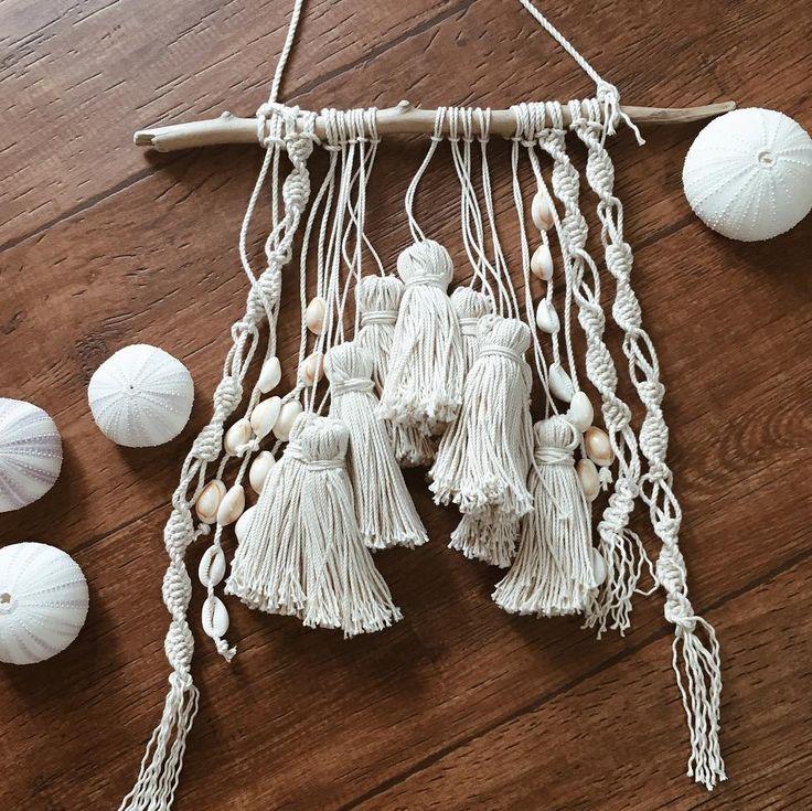 目次1 タペストリーを飾ってみよう2 マクラメ編み3 100均素材で作ってみよう4 結ぶだけでもおしゃれに    タペストリーを飾ってみよう お部屋の壁に吊るして飾るタペストリー。 以前はタペストリーというと織物で作られたものがメインでした...