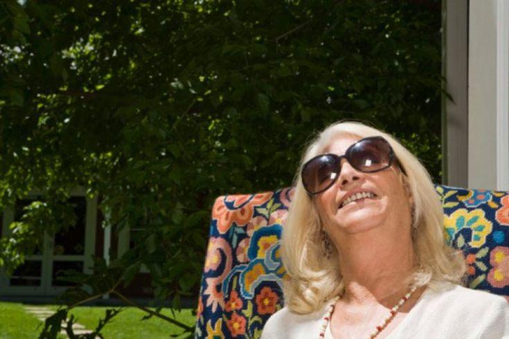 Las manchas de envejecimiento alrededor de los ojos. Las manchas de envejecimiento, también conocidas como manchas del hígado, puede ser una señal desagradable del avance del tiempo. La exposición de tu piel, durante muchos años, a los rayos UV nocivos del sol, para una apariencia juvenil de la ...