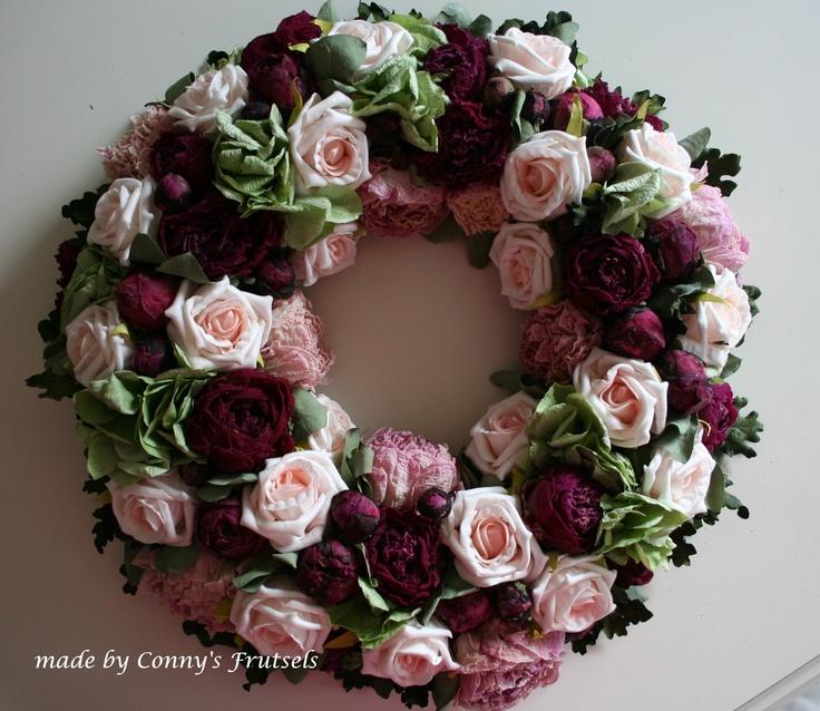 Krans van rozen, gedroogde pioenrozen en groene hortensia door Conny's Frutsels (Wreath made from dried peony and roses)