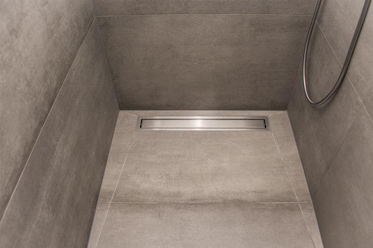 Wat me vooral aanspreekt aan deze badkamer is de indeling. Alhoewel er veel in staat blijft het ruime gevoel overheersen. Dankzij het T-stuk (muren met T-opstelling) konden we de wc discreet wegwerken en de inloopdouche lekker ruim maken. Omdat deze inloopdouche uitgewerkt is met betegelde muren (geen glas) is deze …