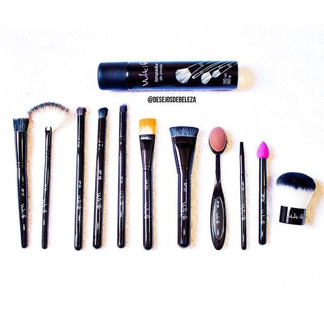 Olha só quanta coisa legal chegou por aqui! Os novos pincéis da @vult_cosmetica , lindos, funcionais e de excelente qualidade. Junto com eles veio também o spray limpador de pincéis. Em breve tem resenha no blog e vídeo no canal sobre cada um deles!  #desejosdebeleza #presskit #vult #maquiagem #pinceis #beleza #blogger #beauty #beautyblog #makeup #brushes #vultcosmetica