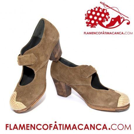Modelo Ondas Hebilla Calzado flamenco de línea nueva con adorno al lateral del calzado en forma de ondas y atadura con correa ancha y hebilla grande. Pieles y forros de 1º calidad. El proceso de fabricación de los zapatos es de unos 15/20 días.