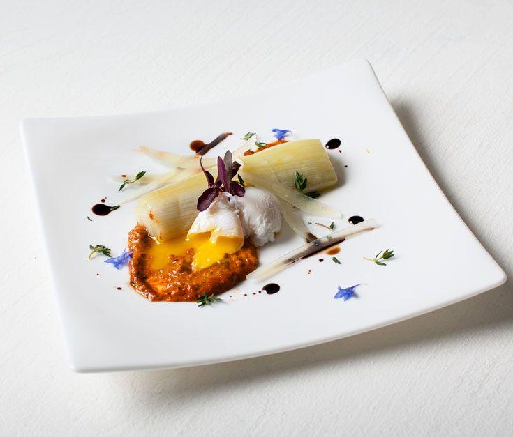 Poireaux et oeufs de caille poches sauce romesco