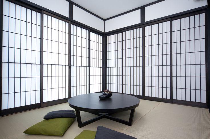 """リビングは床に座る日本本来の""""床座リビング""""を提案。床に座ることで吹き抜けを一層、開放的に感じます。漆黒の無垢フローリングはハンドスクレイプ加工をしたもので、温もりのある質感を演出します。 ..."""
