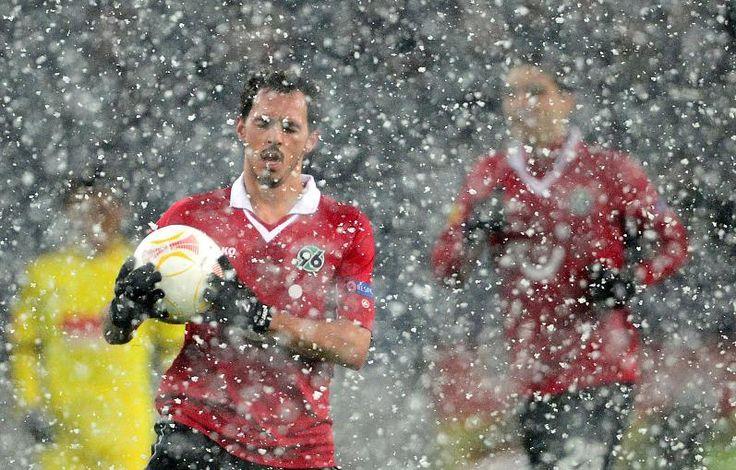 HANNOVER 96 Spiel im Schneetreiben - der Ball wurde gegen einen roten Ball ausgetauscht, damit er sichtbar blieb