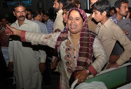 2日、自爆テロが起きたパキスタン東部ラホール近郊のワガ検問所付近で、怒りをあらわにする犠牲者の親族の女性(AFP=時事) ▼3Nov2014時事通信|自爆テロで48人死亡=インドとの国境、式典狙う-パキスタン http://www.jiji.com/jc/zc?k=201411/2014110300001