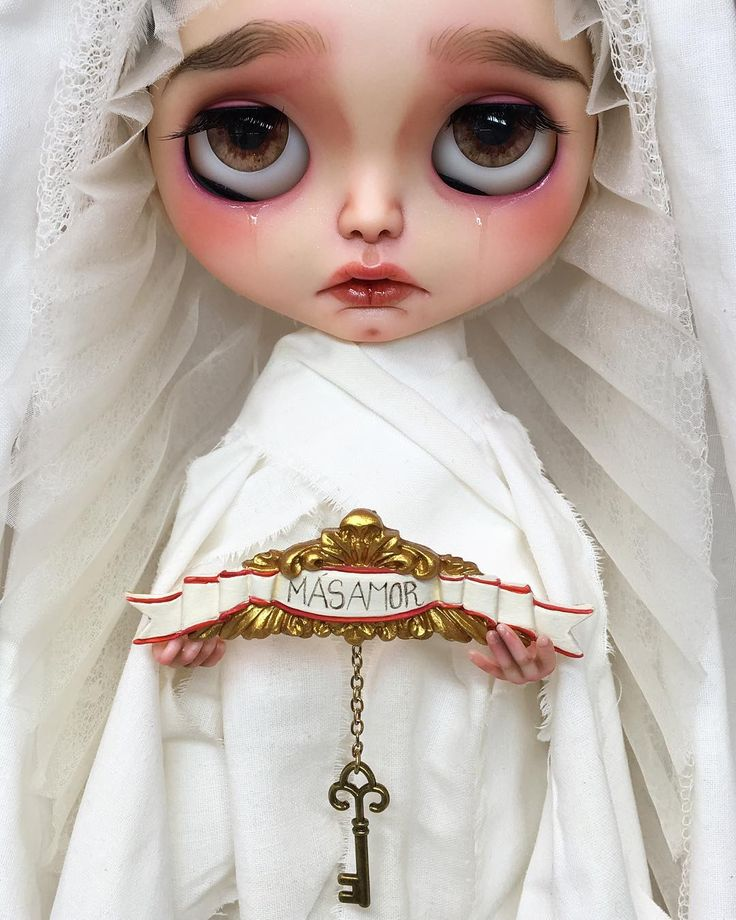 En un día como hoy me gustaría recordaros el mensaje de esta pequeña: #másamor Tenemos la llave en nuestras manos pero no somos capaces de verla... On a day like today I would like to remind you this little girl's message: #morelove We have the key in our hands but we are not able to see it ... #erregiro #erregirodolls #morelove #blythe #doll #boneca #muñeca #custom #blythedoll #carving #poupée #makeup #sculpt #maquillaje #instadoll #手首 #ブライズ #fashion #moda #ブライスドール #art #diseño #design…