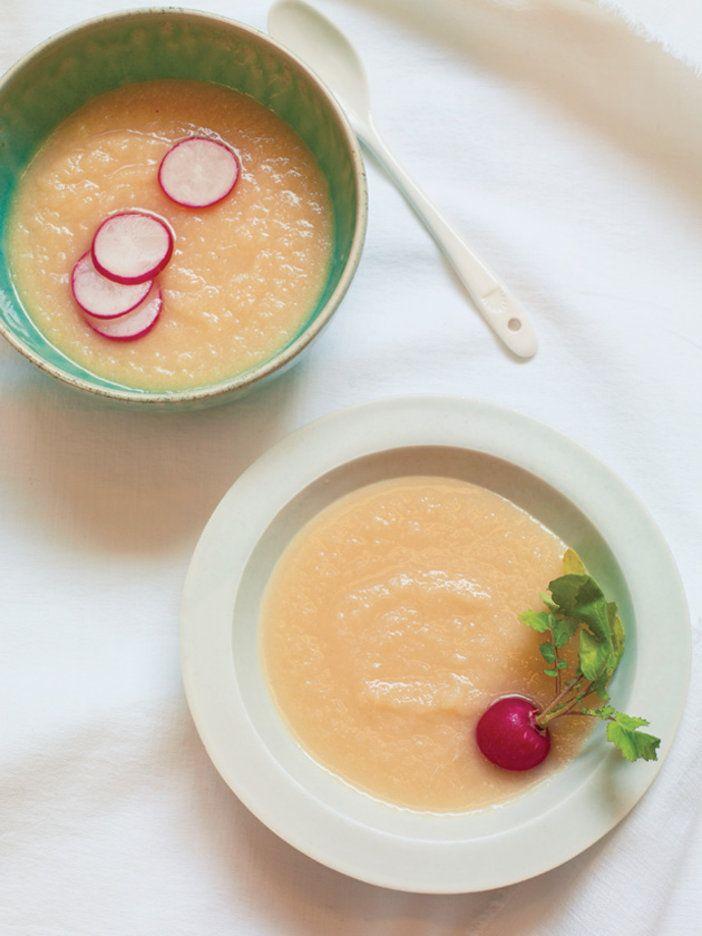 セロリが苦手な人でも食べやすい、ジュース感覚で楽しめるガスパチョ。生野菜をたっぷりのせて、サラダのようにして食べるのもおすすめ。 『ELLE a table』はおしゃれで簡単なレシピが満載!