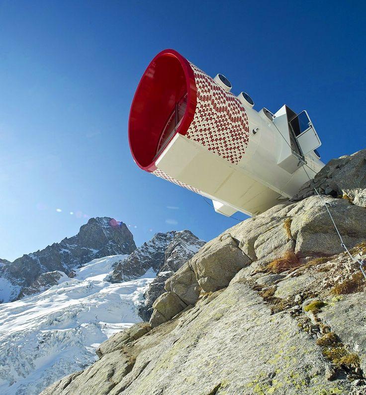 Estructura modular cilíndrica en voladizo sobre la cumbre de la alta montaña.  #EstudioDReam #ArquitecturaModular #Refugios #AltaMontaña
