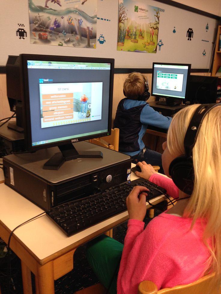 Leerlingen oefenen Taalzee in het computerlokaal van de Zonnewijzer.