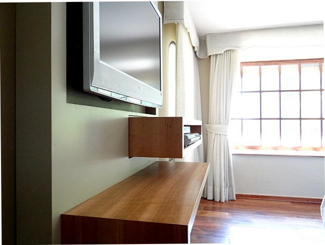 Panel lacado con repisas enchapadas en madera natural