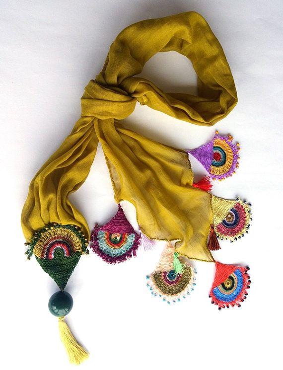 Este algodón, bufanda de tonos mostaza tiene triángulo y circular crochet flecos de encaje con motivos rojos, verdes, amarillo, Burdeos, rosa y púrpura. Este diverso motivos con abalorios. Suave y algodón oya Turco hecho a mano con mostacillas. Diseño original, OOAK. Sólo uno de los modelos.  Esta bufanda es un maravilloso regalo para usted o su ser querido. La bufanda es totalmente hecho a mano por mí, en un ambiente libre de humo y mascotas.  Si usted tiene una pregunta para saber sobre…
