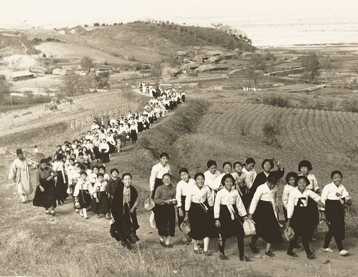 Schoolgirls on an Outing - Koreans' lives in 1930s Pyongyang area : The Hankyoreh