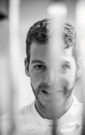 Lui è Luca Abbruzzino, giovanissimo cuoco calabrese, premiato come giovane chef dell'anno dalla Guida ai RIstoranti italiani 2016 de L'Espresso.