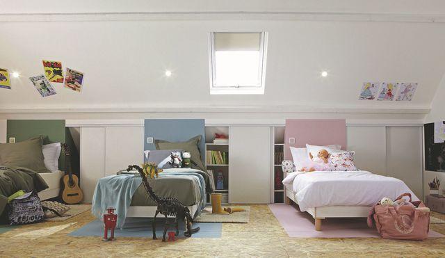 """Futé, ce """"dortoir"""" à trois lits alignés intègre des rangements dans les allèges. Fenêtre de toit, 199 euros, Leroy Merlin."""