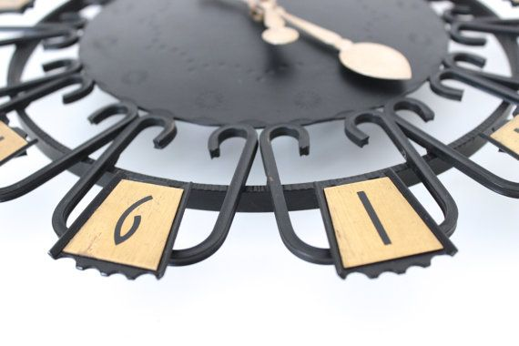 Klassische Wanduhr von Junghans aus der Mid Century Ära mit kleinen dezenten Ornamenten auf dem Ziffernblatt  Das Uhrwerk ist elektronisch und wird von einer Batterie betrieben. Die Uhr funktioniert einwandfrei. Ich habe sie mehrere Tage getestet.  Sie ist in einem guten Vintage-Zustand mit minimalen Gebrauchspuren an den Ziffern.  Tolles Liebhaberstück.  Hersteller: Junghans  Maße: Durchmesser: ca. 31,5 cm | 12.40  Gewicht: 946 g  Der Versand erfolgt aus Deutschland! Kombiversand möglich…