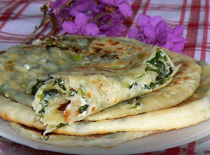 """Echipa Bucătarul.tvvă oferă o rețetă delicioasă din Ossetia care o să vă cucerească instantaneu. """"Turtițele cu leurdă și brânză suluguni"""" reprezintă o gustare de primăvară foarte apetisantă și delicioasă, care trebuie preparată cel puțin o datăîn acest sezon. Turtițele sunt foarte simple și pot fi umplute cu orice fel de brânză, ingredientul principal fiind leurda, …"""