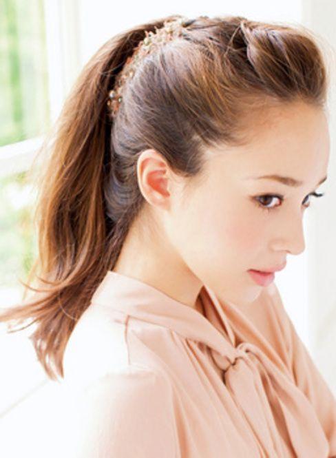 丸顔さんは前髪をポンパにして縦ラインを作ることが大切☆ 小顔ポニーテールの一覧。