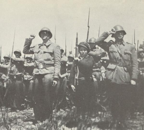 Espectacular imagen de la Brigada La Marsellesa de las Brigadas Internacionales en un desfile cerca  El Escorial 1937