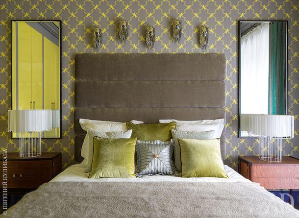 Спальня. Стена оклеена обоями, тумбочки винтажные.