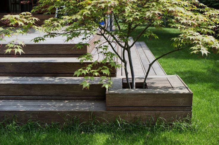 Indbygget plantekumme i terrassen Det indbyggede japanske træ var arkitekt…
