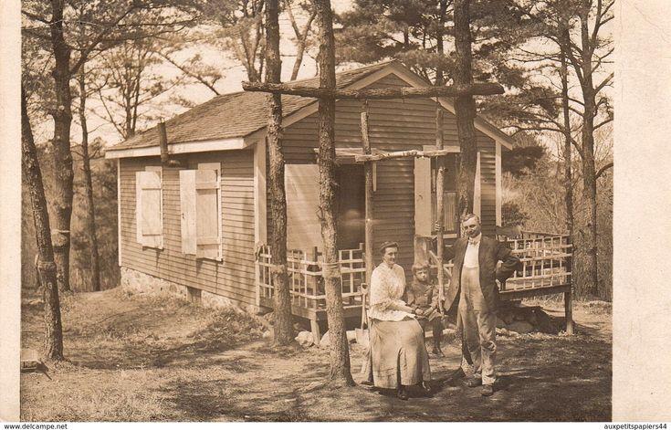 Personnes anonymes - 2 Cartes Photos Originales autour d'un Petit Cottage & Jeux Extérieurs - Chalet de bois, Balançoire et Cheval à roulette
