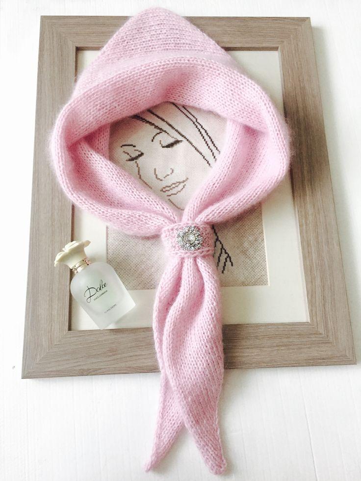 Модный аксессуар осень-зима 2016-2017 -вязаная косынка -с красивым зажимом, вышитым бисером.
