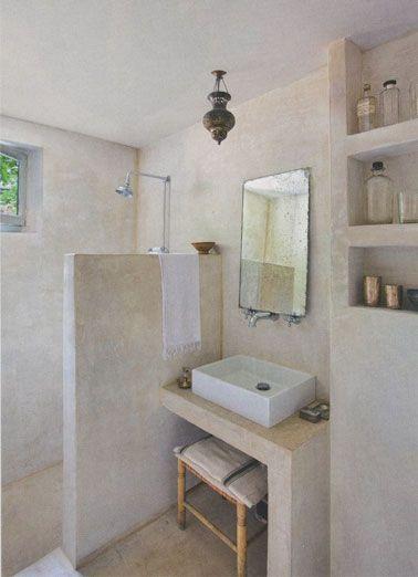 Du stuc gris en revêtement mural dans une petite salle de bain