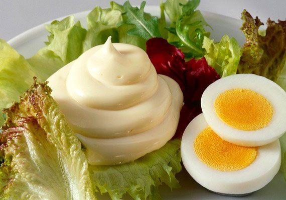 Majonéz Saláták, rántott ételek, főtt virsli és még ki tudja, hány fogás elengedhetetlen kísérője a majonéz, ami sokkal gazdagabb ízvilágú mártogatós, mint azt a boltokban kapható változatok alapján sejteni lehet. Nem szükséges hozzá különleges összetevő, egy jól felszerelt háztartásban megvan hozzá minden, csak össze kell állítani, illetve a saját ízlésedre formálni.