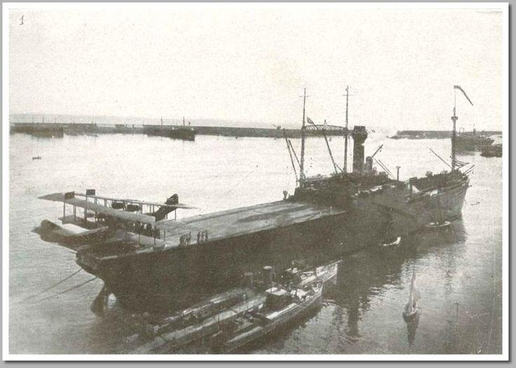 El portaviones Dédalo, primero que la marina española dispuso visto por la popa, con un avión en la cubierta y otro en espera de ser izado. Es el 17 de diciembre de 1922.