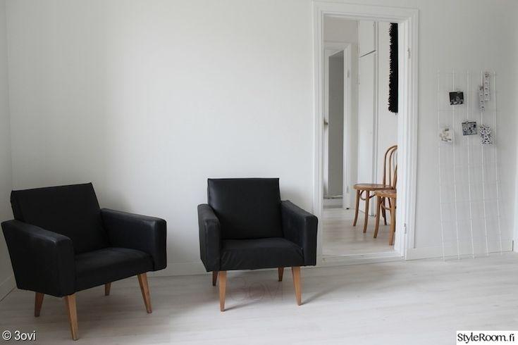 """""""jasmiinak"""":n työhuone toimii ajoittain myös vieraiden majoittamisessa. Mukavat nojatuolit toimivat levähdypaikkana kummassakin käyttötarkoituksessa. #styleroom #inspiroivakoti #mustavalkoinen"""