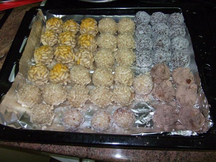 Panellets de : Piñones, almendra,coco,chocolate..