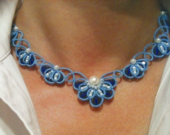 Eleganter Tatting (Occhi) Choker aus blauer Seide Garn (oder mercerisierte Baumwolle, wenn es gewüscht ist), mit Perlen, Kristalle und einem versil...