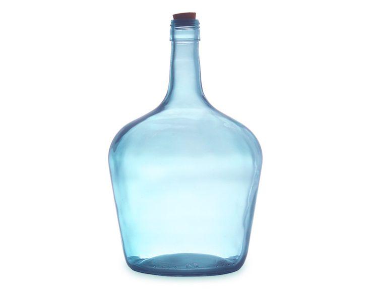 Ces belles carafes en verre recyclé sauront mettre en valeur votre table en les remplissant tout simplement d'eau du robinet… ou bien détournées en soliflore pour un effet romantique ! Elles sont bien épaisses donc résistantes, et on craque pour leurs magnifiques tons colorés.