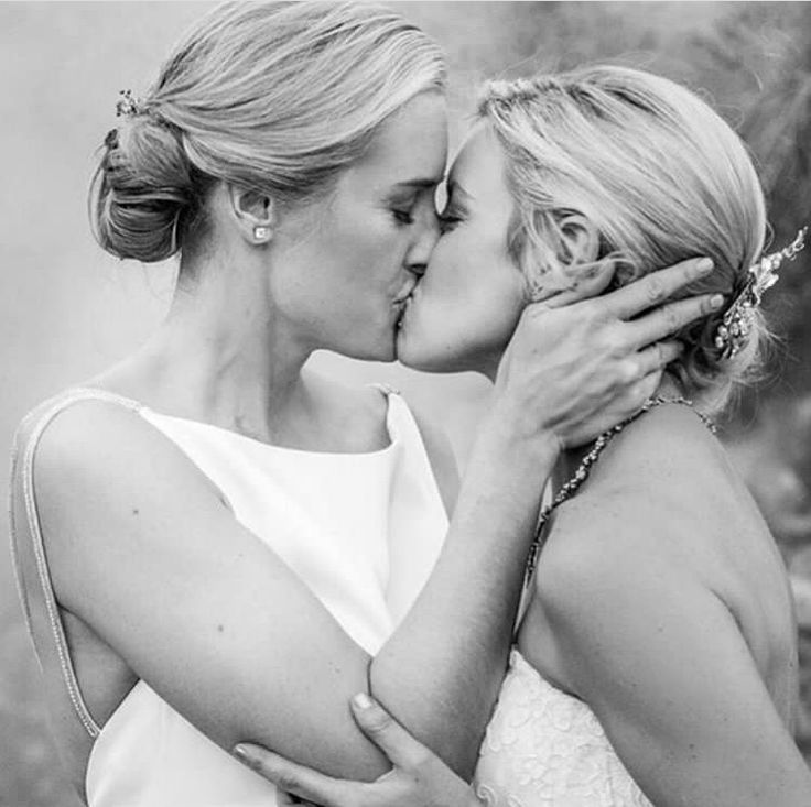 Love you to the moon and back 🌟🌛 Zoe is a cutting-edge dating and social networking app for lesbian, bisexual and queer women worldwide. Zoe is fun!👭We are not just another dating app.👩❤️💋👩To check out more about Zoe tap the link in our bio today!💞