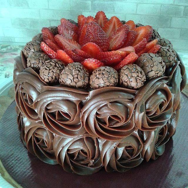 Bolo Trufado de Chocolate - http://www.receitasbrasileiraseportuguesas.com/bolo-trufado-de-chocolate/