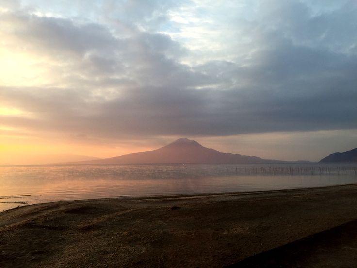 おはようございます(^o^)/  今日の桜島です。  天気は若干曇り。程よく風も冷たく心地よい朝になりました。  昨日、初めてスマホ用の手袋買いました。  これはあったかくて便利なですね〜。手放せなくなりそう(^_^;)  今日も一日、元気に楽しんでいきましょう!