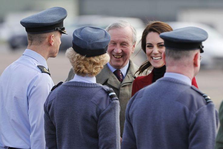 La visite a Cambridgeshire   La duchesse de Cambridge a visité le camp de perfectionnement des cadets de l'air à la base de la Royal Air Force à Wittering le 14 février dans son rôle de commandant aérien honoraire des Cadets de l'air Il s'agit de la troisième visite de la duchesse aux cadets de l'Air depuis le Prince Philip duc d'Edimbourg qui a servi comme Commodore en chef aérien depuis 63 ans en 2015.  Embed from Getty Images  Il compte 42 000 cadets de la Force aérienne âgés de 12 à 19…