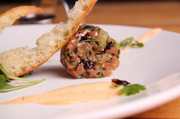 Tartare de saumon aux canneberges et mayonnaise épicée, crostini à l'huile d'olive