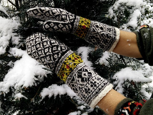 Ravelry dom klarys black and white hand knitted estonian stranded mittens